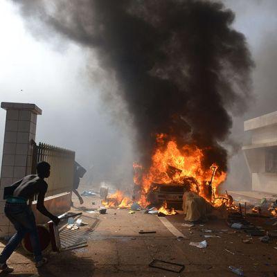 Protestoijat tunkeutumassa parlamenttirakennukseen Ouagadougoussa 30. lokakuuta 2014.