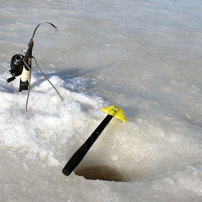 Pilkkivälineitä järven jäällä.