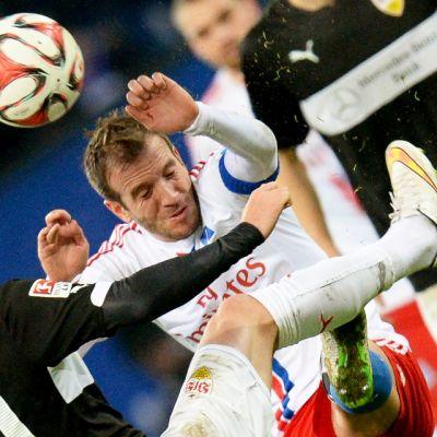 VfB Stuttgartin Alexandru Maxim (vas.) ja HSV:n Rafael van der Vaart (oik.) pääpallokamppailussa