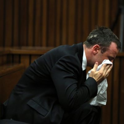 Pistorius itkee oikeussalissa.