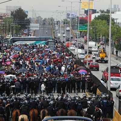 Mielenosoittajien tukkima tie.