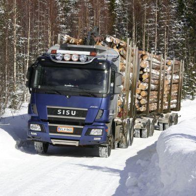 Puunkuljetusauto talvisella metsätiellä