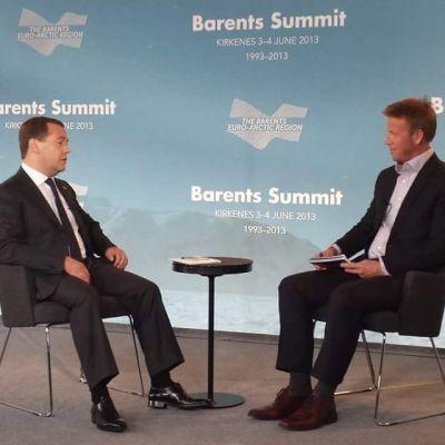 Morten Ruud haastattelemassa Venäjän pääministeri Dmitri Medvedeviä vuonna 2013 Barentsin neuvoston 30-vuotisjuhlien yhteydessä Kirkkoniemessä.