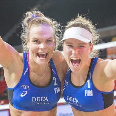 Taru Lahti-Liukkonen ja Anniina Parkkinen tuulettavat.