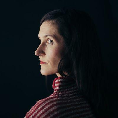 Porträtt av författaren Malin Kivelä.