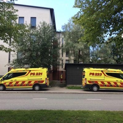 Kaksi pelastuslaitoksen autoa pysäköitynä