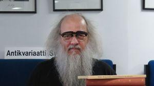 harmaapartainen silmälasipäinen mies