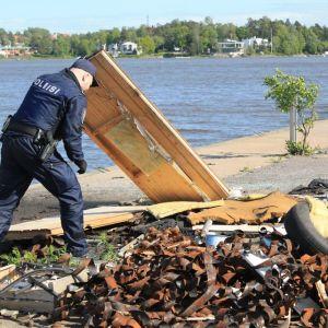 Polisen gjorde razzia till en misstänkt olaglig soptipp i Hermansstad i Helsingfors.