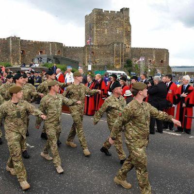 Brittiska soldater marcherar på Armed Forces Day 2012.