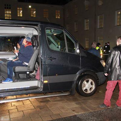 Asylsökande i Torneå transporteras med taxi 22.9.2015.
