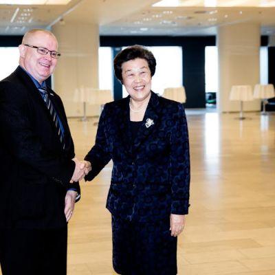 Työ- ja oikeusministeri Jari Lindström (ps.) tapasi Kiinan oikeusministerin Wu Aiyingin.
