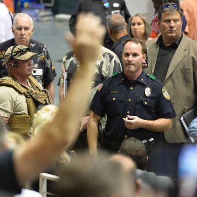 Poliisi ja yleisöä.