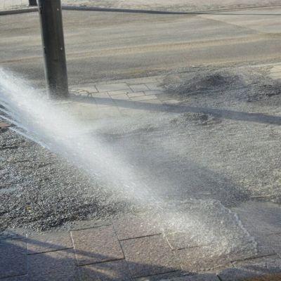 Hiekkaa puhdistetaan kadulta.
