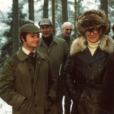 Ruotsin kuningas Kaarle XVI Kustaa vierailulla Suomessa vuonna 1975. Kaarle XVI Kustaa ja presidentti Urho Kekkonen metsästämässä fasaaneita pankinjohtaja Göran Ehrnroothin omistaman Viralan kartanon mailla. Taustalla on professori Heikki A Reenpää.