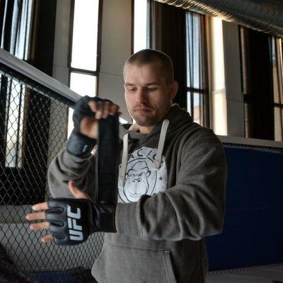 Tom Niinimäki sitoo UFC-hanskoja.