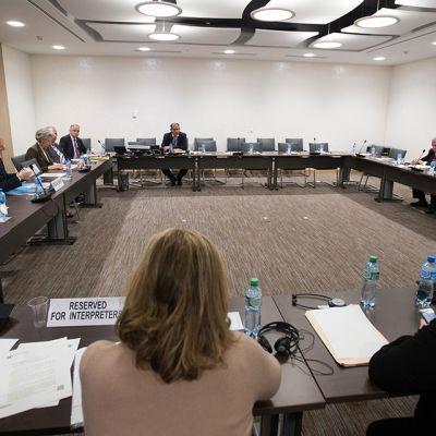 neuvottelijoita kokouspöydän ääressä