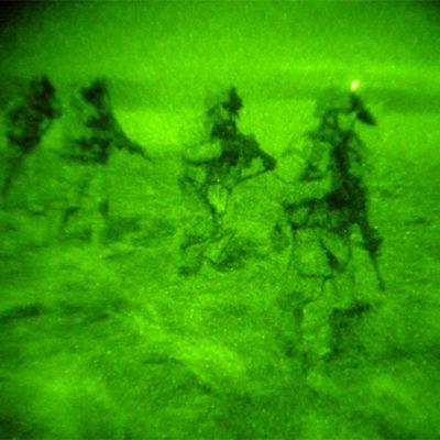 Pimeänäkölinssillä otettu kuva Yhdysvaltain maavoimien sotilaista taisteluharjoituksissa marraskuussa 2008.
