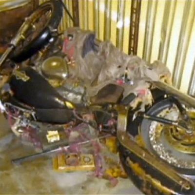 Ruostunut moottoripyörä kontissa