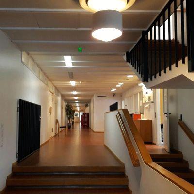 Yleiskuvaa Alvar Aallon suunnitteleman Seinäjoen kaupungintalon sisätiloista.