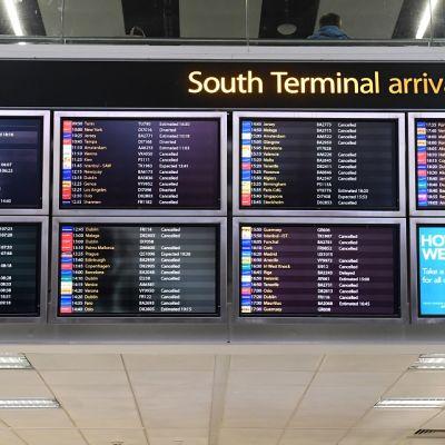 Tietokoneruutuja, joissa lentotietoja.