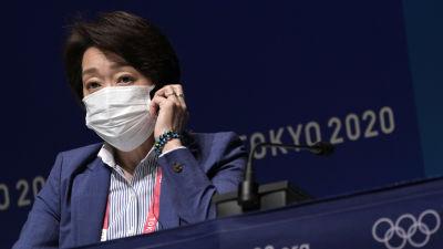 Seiko Hashimoto med munskydd på presskonferens.