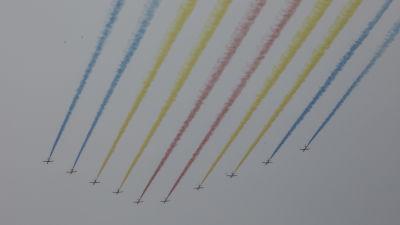 Ett trettiotal stridsflyg flög över Himmelska fridens torg i olika formationer.