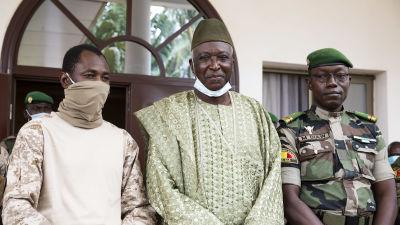 Bild på tre män som ser mot kameran. Männen ingår i Malis övergångsstyre efter augustis militärkupp.