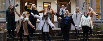 Årets tio luciakandidater står på trappan till Folkhälsan i Helsingfors.