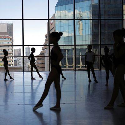Lapsia balettitunnilla.
