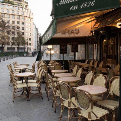 tyhjiä tuoleja kahvilassa