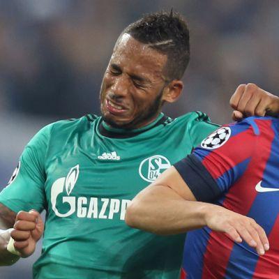 Schalken Dennis Aogo (vas.) ja Steaua Bukarestin Mihail Pintilii (oik.) pääpallotilanteessa.