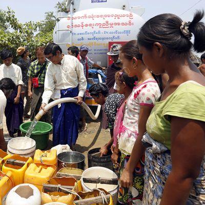 Ihmisiä hakemassa juomavettä Yangonissa Myanmarissa 28. huhtikuuta. Lähes kaikki alueen järvet ja lammikot ovat kuivuneet El Niño -ilmiön takia.