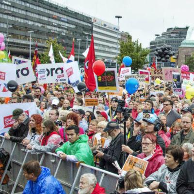 Protesterna på Järnvägstorget i Helsingfors samlade cirka 30 000 deltagare i september 2015.