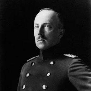 Hessenin prinssi Friedrich Karl (1910-luku). Sivukentissä Hessenin suvun vaakuna ja Suomen vanha vaakuna.
