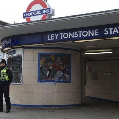 Poliisi vartioi Leytonstone -aseman edustalla 6. joulukuuta 2015. Poliisi oli ottanut edellisenä iltana asemalla kiinni miehen jota epäiltiin terroristisessa mielessä tehdystä puukotuksesta.