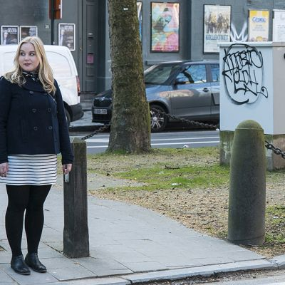 Maria Tyrni kadun reunalla Brysselissä Belgiassa. Tyrni asuu Brysselissä vehreässä Maalbekin kaupunginosassa, maahanmuuttajavaltaisen Saint-Jossen ja varakkaan Schumanin alueen välissä.