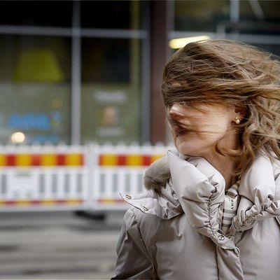 tuuli on puhaltanut naisen hiukset silmille