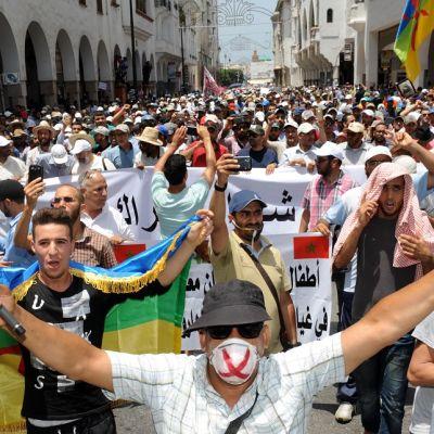 Mielenosoittajia Rabatissa