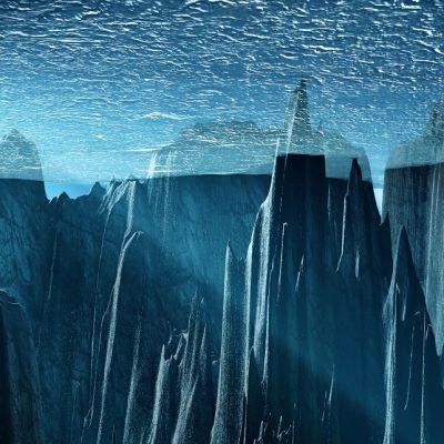 Merenpohjan kallioita, joiden huiput nousevat jään sisään.