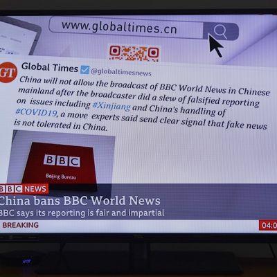 Televisioruutu, joka näyttää BBC World Newsin ohjelmaa Shanghaissa.