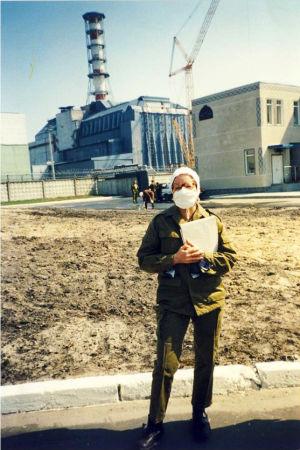 Fredsaktivisten och miljökämpen Ulla Klötzer i Tjernobyl. Står med munmask och tittar mot kameran.