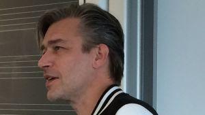 Professor Erik Steinskog står och pratar