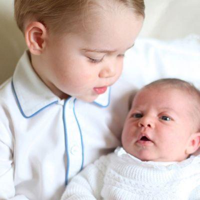 Prinsessan Charlotte i sin storebror prins Georges famn.