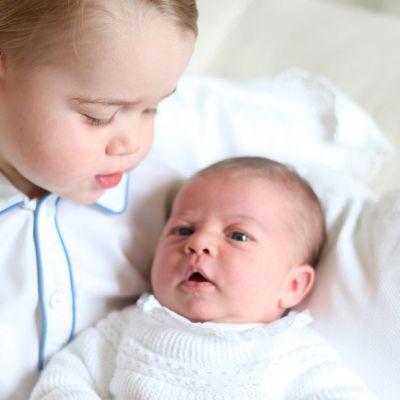 Prinsessa Charlotte isoveljensä prinssi Georgen sylissä.