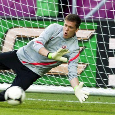 Puolan maajoukkuemaalivahti Wojciech Szczesny  torjuu pallon.