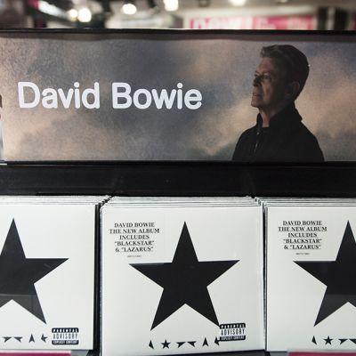 David Bowien Blackstar -levyjä myynnissä Lontoon HMV tavaratalossa 11. tammikuuta.