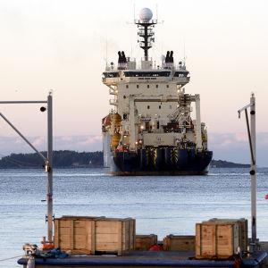Den nya sjökabeln mellan Finland och Tyskland har börjat läggas ut vid Sandhamn i Helsingfors.