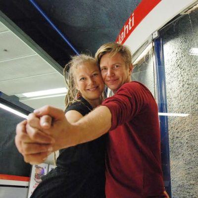 Miila Vainion ja Lauri Jäntin kuvia nähdään Katulavatanssit-valokuvanäyttelyssä Ruoholahden metroasemalla.