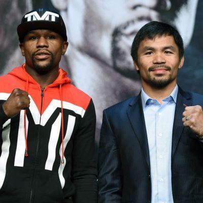 Floyd Mayweather ja Manny Pacquiao poseeraavat kameroille lehdistötilaisuudessa.