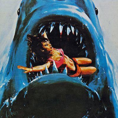 Hain avonainen kita. Veristen hampaiden välissä kamppailee uima-asuinen nainen.